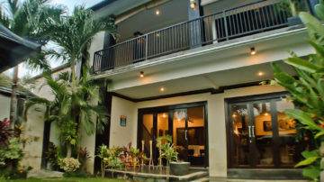4 bedroom villa walking distance to Batubolong beach