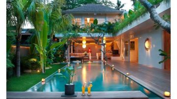 A walk to the beach 3 bedroom villa at Seseh Beach