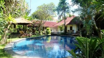 Tropical villa on large plot in Sanur – Beach side!