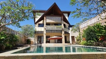 Walking distance to the beach 3 bedroom villa Canggu
