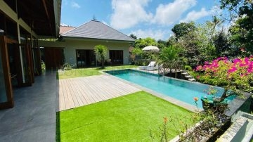 A private villa with a lush garden in Munggu area